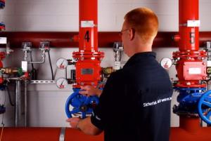 Um einen Entstehungsbrand schnell bekämpfen zu können, ist es notwendig, dass die Trockensprinkleranlage ohne nennenswerte Verzögerung auslöst, d.h. die im Rohrnetz befindliche Druckluft ausgeblasen und das komplette Rohrnetz geflutet wird.  Laut VdS-Richtlinie CEA 4001 darf die Füllzeit in Abhängigkeit von der Wasserbeaufschlagung max. 60 bzw. 90 Sekunden nicht überschreiten. Als Füllzeit gilt  abei der Zeitraum vom Öffnen der Trockenalarmventilstation bis zum Wasseraustritt an der Prüfarmatur (Testsprinkler) am Ende des Rohrnetzes.  Nach jeder Füllzeitenmessung gilt es, das Rohrnetz gründlich zu entwässern. Um Frostschäden zu vermeiden, sollte vor Beginn der Frostperiode die Entleerung wiederholt werden.