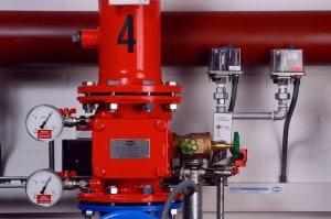 Druckschalter überwachen die Druckzustände in Rohrleitungen und leiten Abweichungen der eingestellten Sollwerte elektrisch weiter – entweder an eine Störmelde- bzw. Brandmeldeanlage oder direkt an eine ständig besetzte Stelle wie etwa die Feuerwehr. Die Betriebssicherheit der Druckschalter, vor allem der Alarmdruckschalter, ist daher von größter Bedeutung.