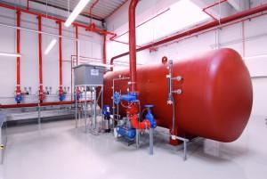 Jeder Druckluftwasserbehälter einer Sprinkleranlage muss entsprechend den gesetzlichen Vorgaben regelmäßig durch eine anerkannte Stelle (z.B. TÜV) geprüft werden. Im Rahmen dieser Prüfung ist es erforderlich, die innere Behälterfläche vollständig zu entleeren und zu reinigen.