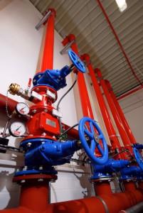 Sprinklerzentrale Rohre - Die Spülung des Rohrnetzes wird in der Regel notwendig, wenn bei einer vorausgegangenen 12,5- bzw. 25-Jahresprüfung Ablagerungen und Inkrustierungen in den Rohrleitungen festgestellt werden.  Weiterhin kann es nach größeren Umbauten bzw. Erweiterungen des Rohrnetzes notwendig sein, eine Spülung vorzunehmen. Sie spült eventuell vorhandene Fremdkörper aus, die sich in den eingebauten Leitungen befinden können.