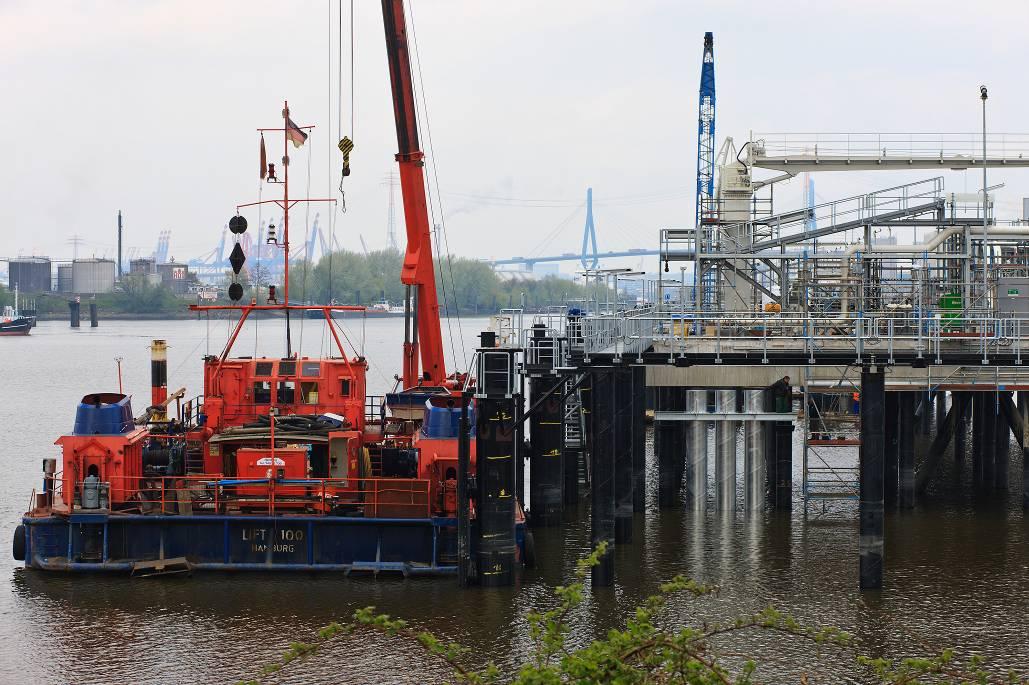Hafen Hamburg - Sonderlöschanlage an einer Löschbrücke am Hamburger Hafen