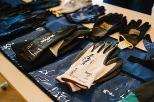 Safety wird bei VINCI Energies großgeschrieben. Hier sehen Sie Arbeitssicherheits-Handschuhe.